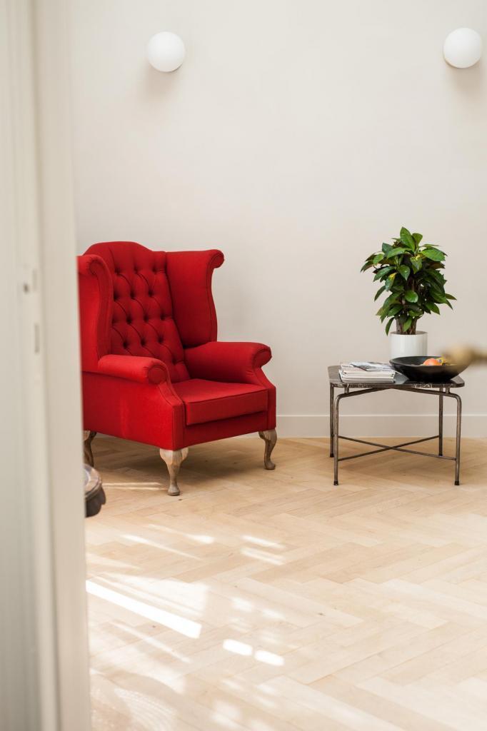 Overal vind je leuke spullen zoals dit bijzettafeltje en deze statige zetel.