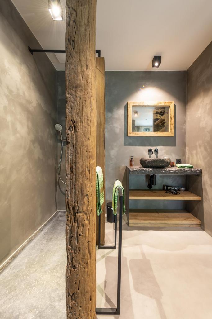 In de bad- en doucheruimtes werd hout van het oude staketsel van Nieuwpoort verwerkt.