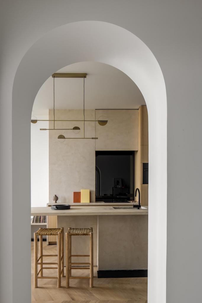 Boven het keukeneiland valt de sculpturale Leaves-hanglamp van designer Kateryna Sokolova voor Bolia op. Een ontwerp geïnspireerd op het werk van de Amerikaanse beeldhouwer Alexander Calder.
