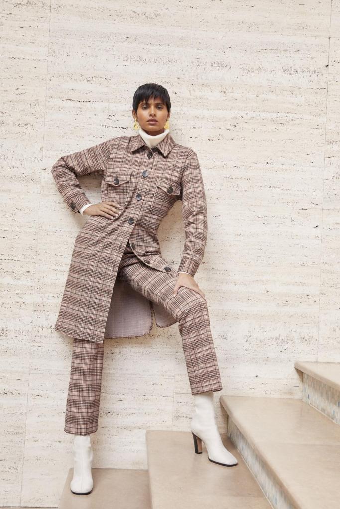 Casual in klassieke ruiten: lange hemdjas die ook als jurk kan gedragen worden (219 euro), rolkraagtrui van kasjmier (219 euro) en bijhorende pantalon (159 euro), van Xandres.
