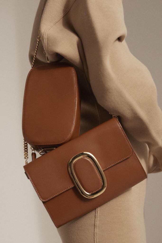 Tijd voor een nieuwe tas: compacte schuinovertas (350 euro) en elegante schoudertas in een tijdloos, cognackleurig leder (525 euro), uit de gloednieuwe Belgische collectie Octogony.