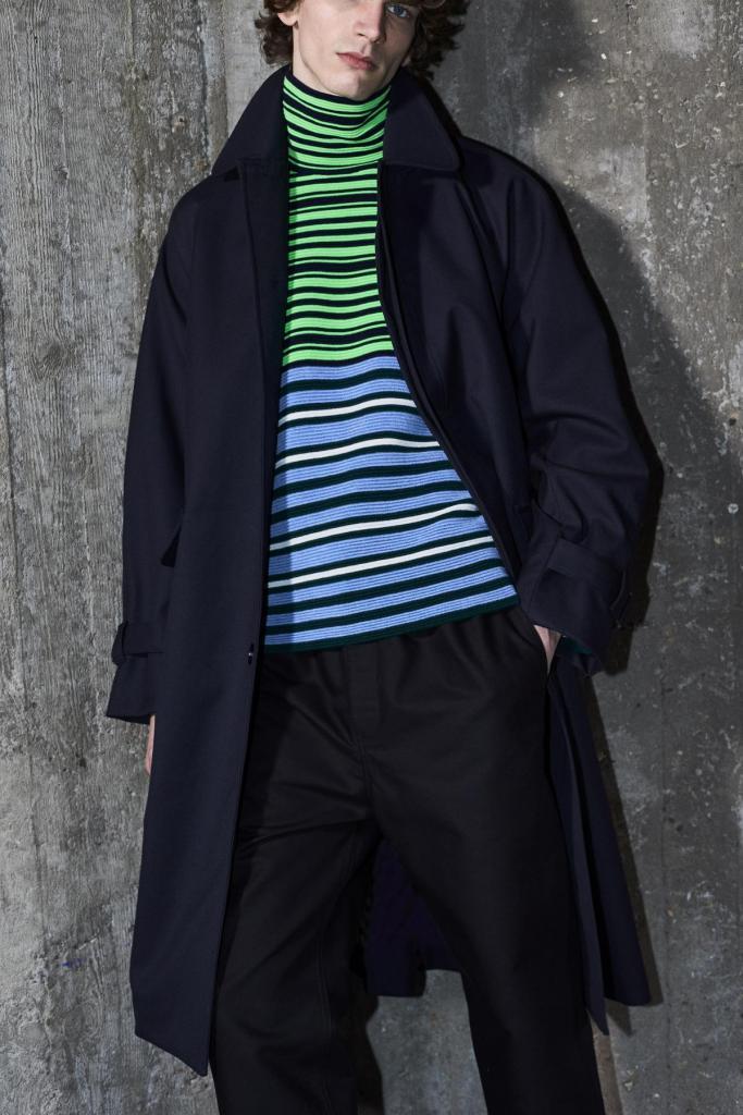 Stijlvol aan de slag in Belgisch design: geklede broek (375 euro) en mantel (750 euro) in combinatie met een kleurige rolkraagtrui (525 euro), van Christian Wijnants.