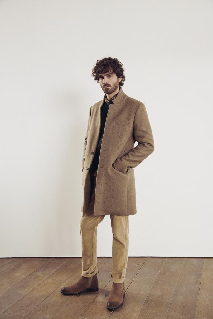 Tussen casual en chic: tijdloze wollen jas, ribfluwelen pantalon, trui en hemd, van IKKS.