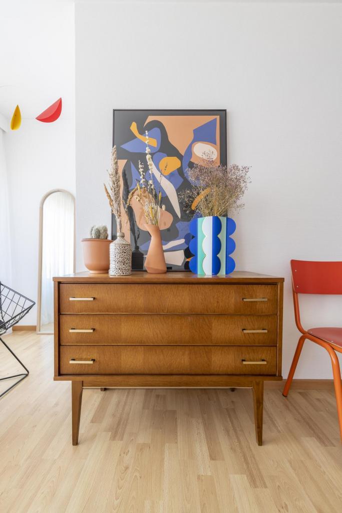 In het interieur staan heel wat oude meubelstukken of nieuwe spullen met een retrolook.