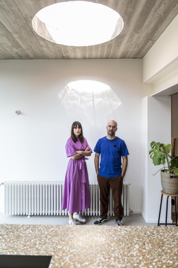 Het licht valt gul binnen door de robuuste betonnen lichtkoepel in de keuken.