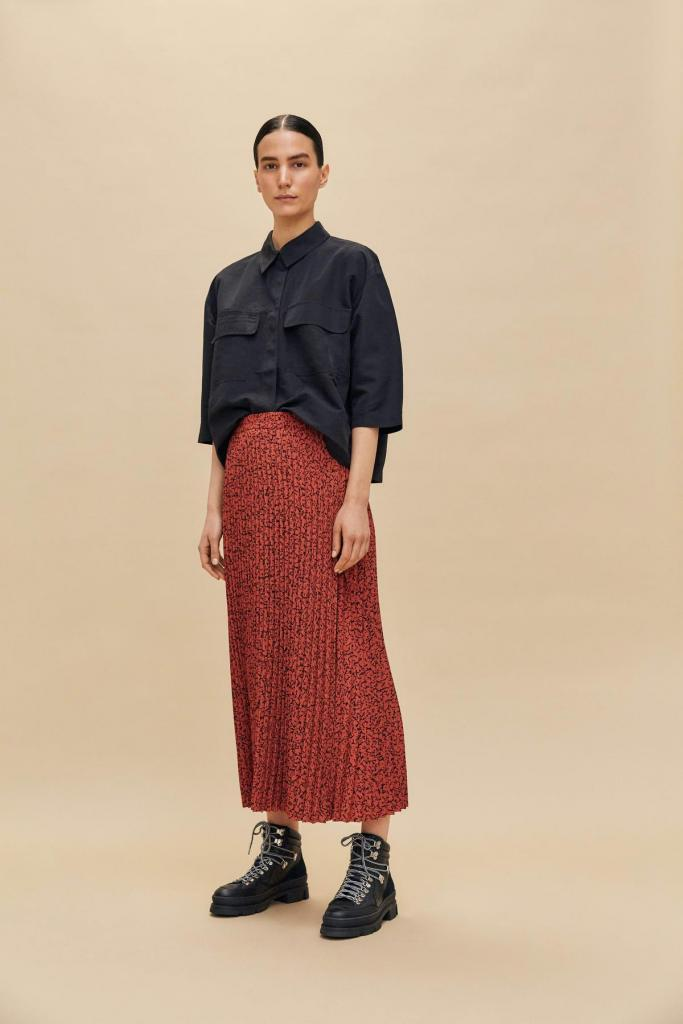 Lange plissérok (89,99 euro) en zwart hemd (49,99 euro), van Selected Femme.