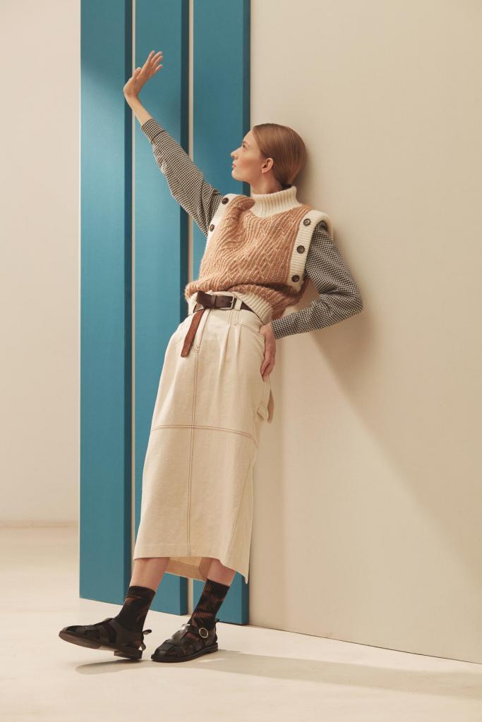 Lange rok in denim (275 euro), geruite bloes (245 euro) en debardeur (265 euro), lederen riem (140 euro), van Collectors Club.