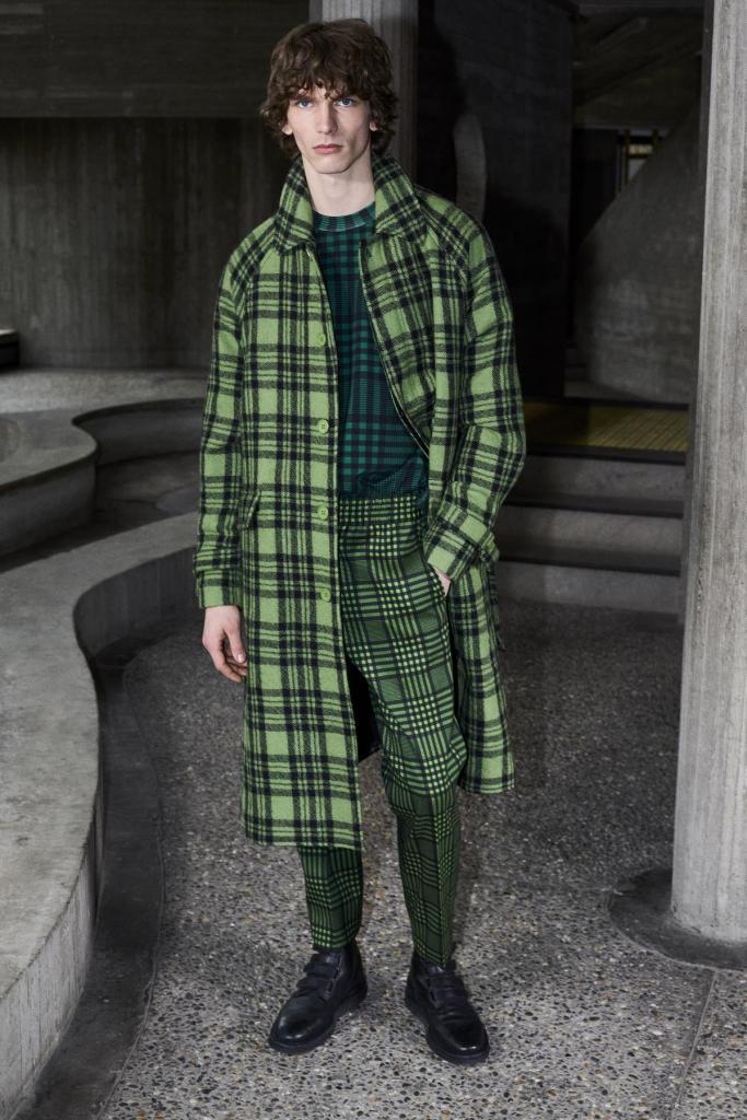 Klassiek met een twist: totaallook in zwart-groen ruitmotief, mantel (895 euro), trui (245 euro) en pantalon (425 euro), van Christian Wijnants.