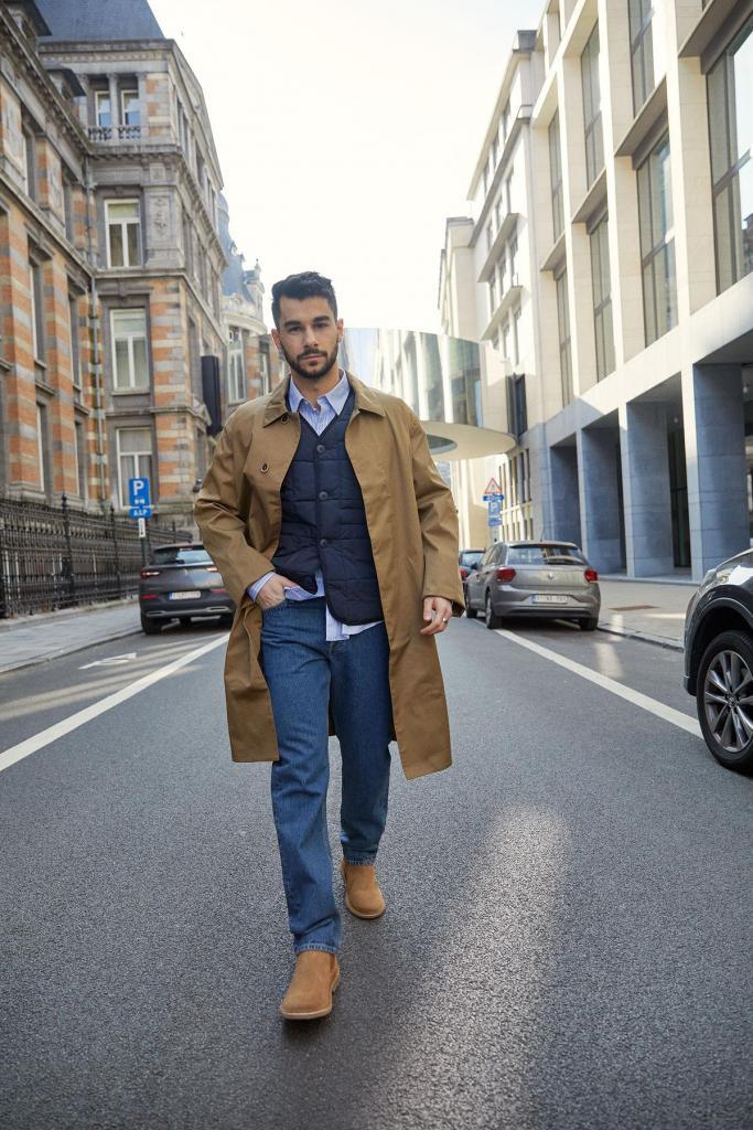 Vlotte mix van klassiek en casual: trenchcoat, gestreept hemd, cleane jeans en bodywarmer, van Jack&Jones.