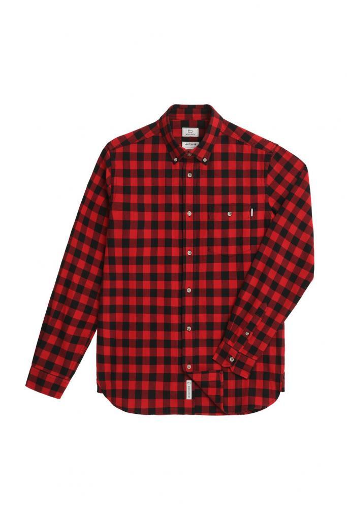 Flanellen hemd in zwart-rood ruitmotief (120 euro), van Woolrich.