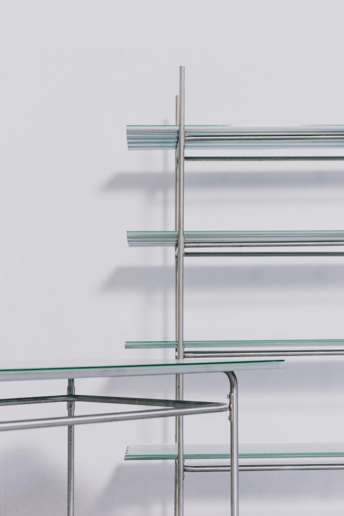 Corrugated series bestaat uit een tafel, rek en bankje gemaakt uit golfplaten en glas waarin het licht subtiele patronen weerkaatst. (Foto Daniil Lavrovski)