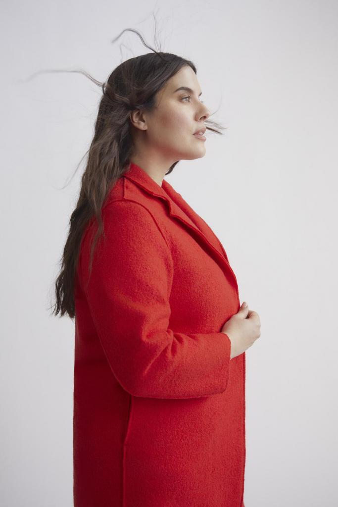 Mode voor een maatje meer: rode wollen mantel (269 euro), van Xandres Gold.