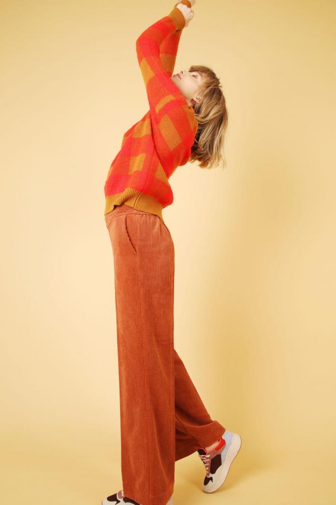 Fluwelen pantalon (129 euro) en jacquardtrui (149 euro), van Hampton Bays.