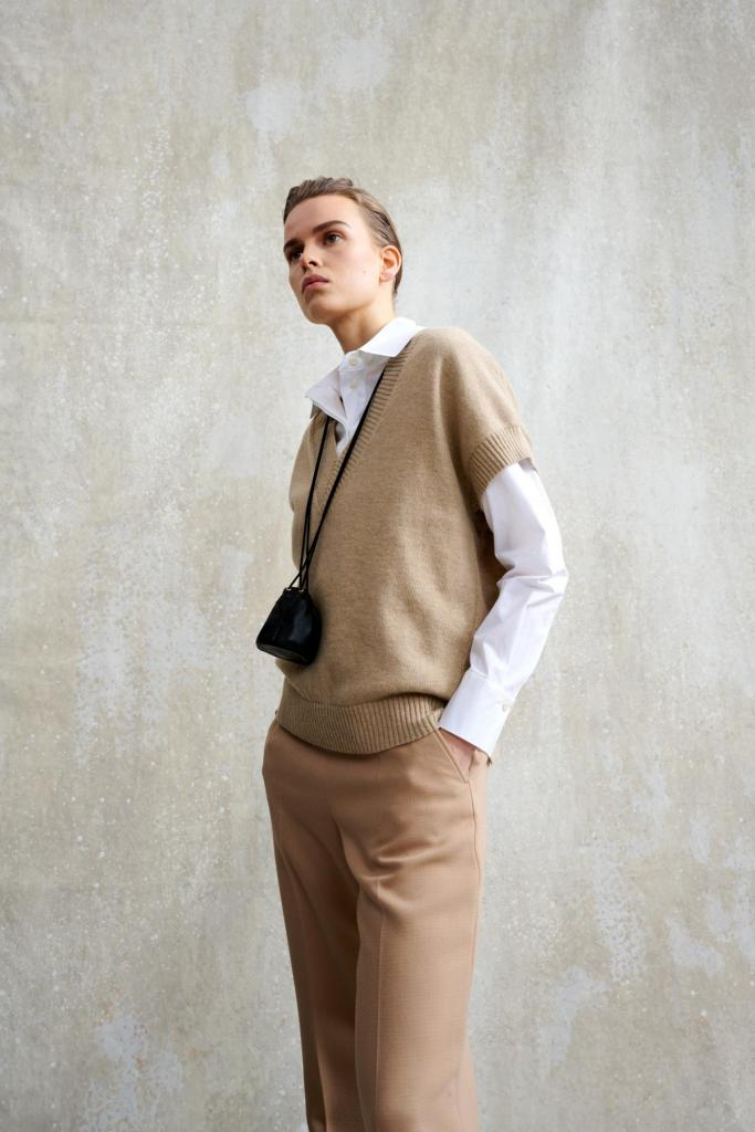 Wit hemd, debardeur en effen pantalon, van Natan (prijs op aanvraag).