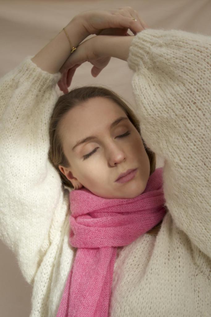 Artisanaal gebreide cardigan (310 euro) en sjaal (139,90 euro), van Knitwear Atelier Blush.