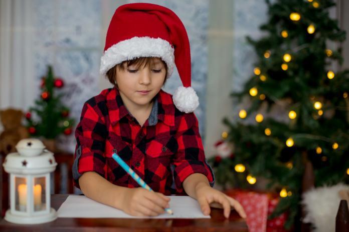 71493bdc8f675 Le 25 décembre approche et les enfants commencent à écrire leur lettre au Père  Noël pour demander ce qu ils souhaiteraient recevoir sous le sapin