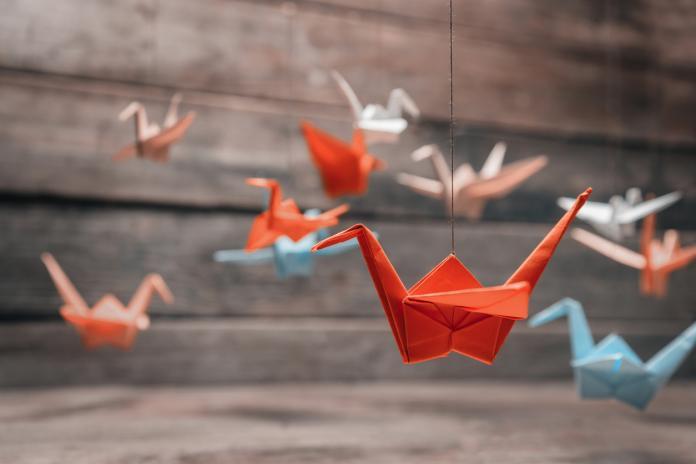 DIY  de jolis origami à suspendre dans la chambre de bébé - Femmes d ... bc284abc37ff