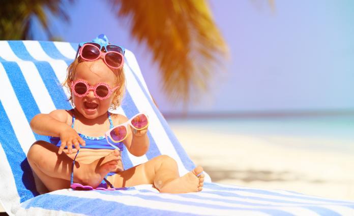 e4affc0a1a32d7 Bescherm de oogjes van jouw kleintje tegen de stralende zon met een goede  zonnebril. Maar wat is een goede zonnebril  Volg onze tips!