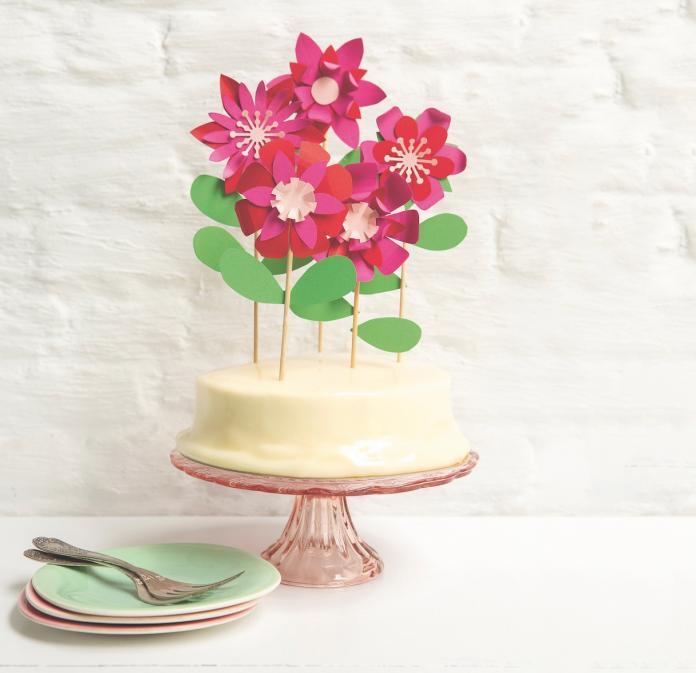 Des fleurs en papier pour décorer un gâteau d'anniversaire