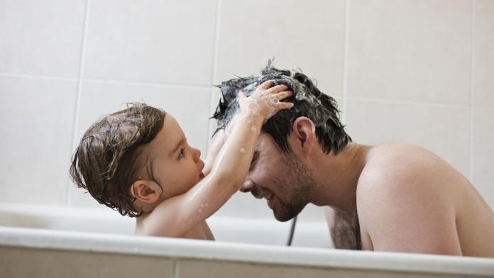 samen met kind in bad