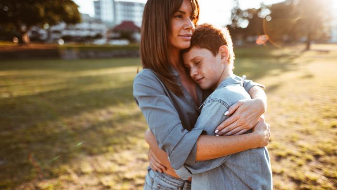 knuffelen kind puber