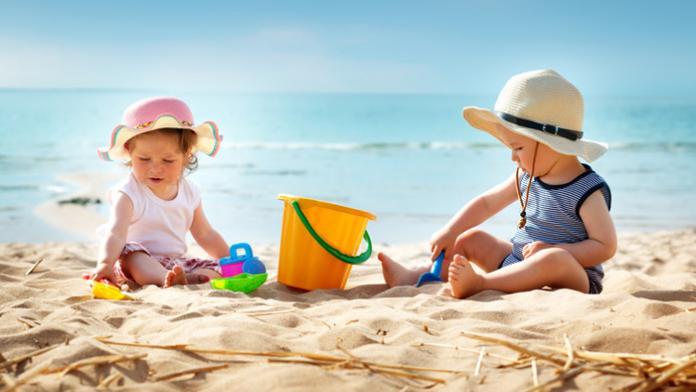 baby aan het strand