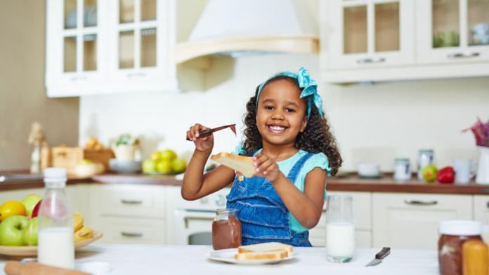 kind smeert boterham met choco