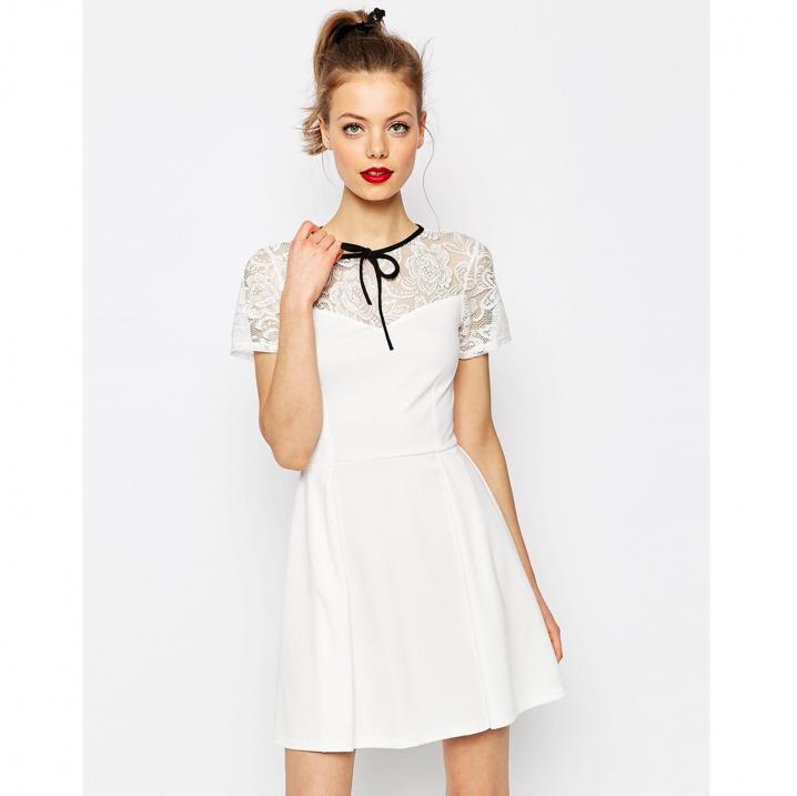 Wit jurkje met kant en zwart lint