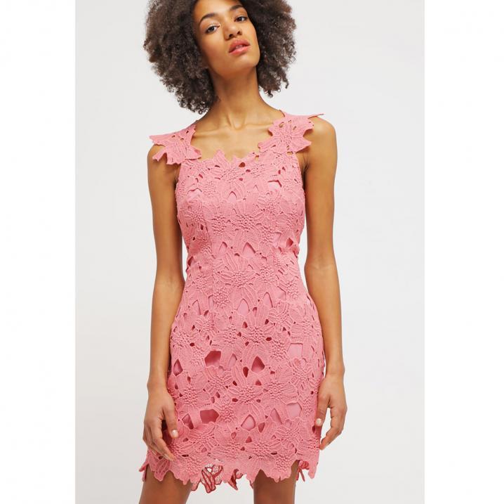 Roze jurk met kanten details