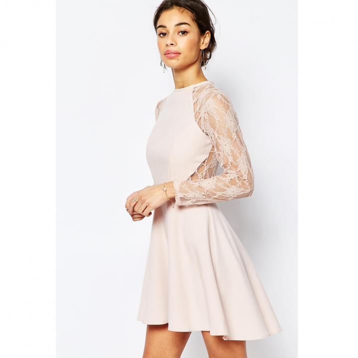 Nude jurk met kanten mouwen