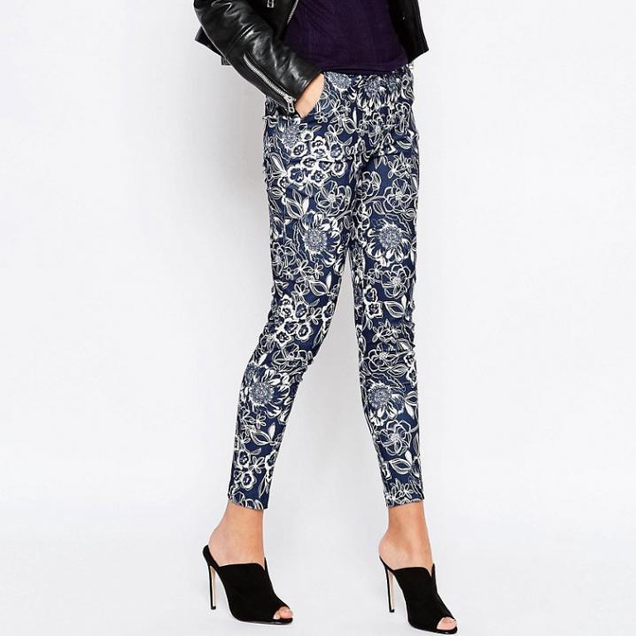 Blauwe broek met bloemenprint