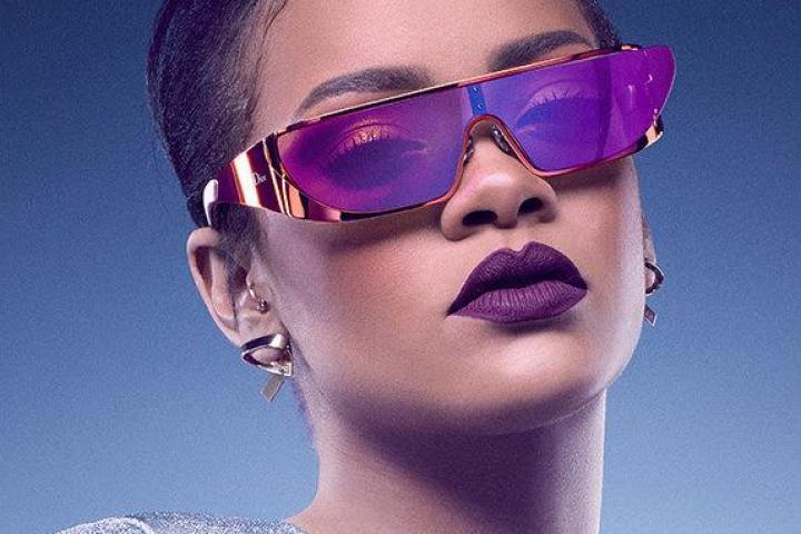 8a464af7eb997f Rihanna sort des lunettes futuristes pour Dior