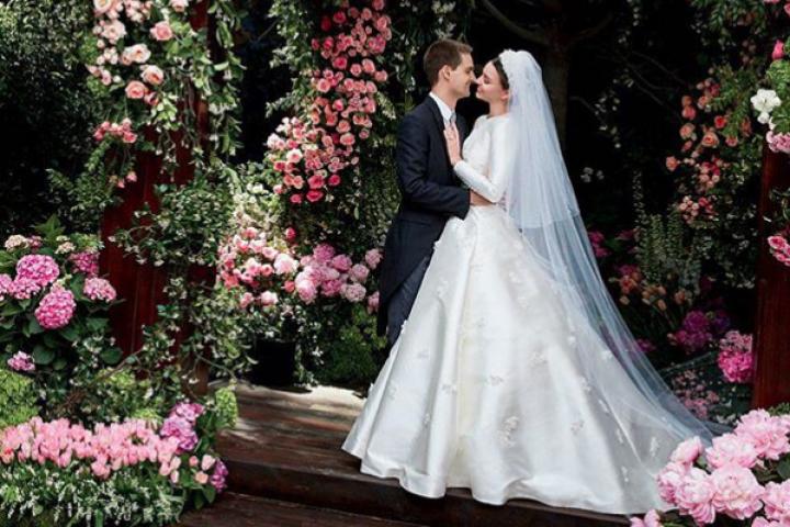 PHOTOS  la robe de mariée signée Dior de Miranda Kerr nous laisse rêveuse 48060690176c