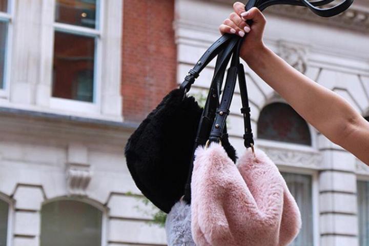 9a46dde7c51 Wanted  un sac à main brodé de fausse fourrure