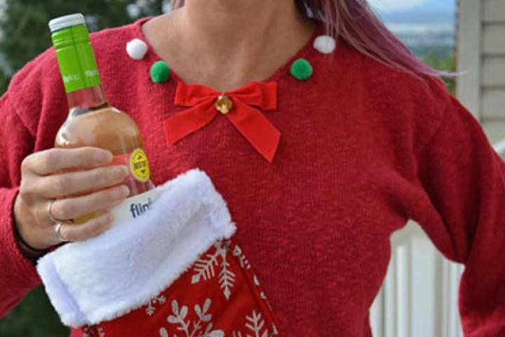 baea06dd9cc Le pull de Noël avec porte-bouteille intégré  parfait pour nos soirées  arrosées!