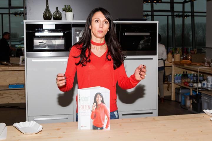 Tv kok sandra bekkari over de kritiek op haar programma open keuken