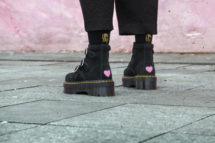 e279adda737 C est la bonne nouvelle du jour  Dr. Martens vient de sortir une paire de  bottines en collaboration la marque londonienne Lazy Oaf. Résultat  Des  chaussures ...