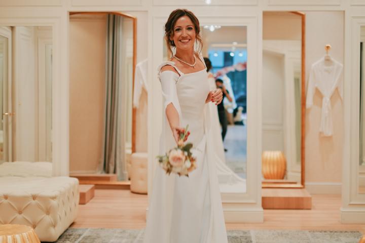 Cristina Cordula conseille Anne Ruwet (RTL) sur le choix de sa robe de  mariée 2c9587b7194