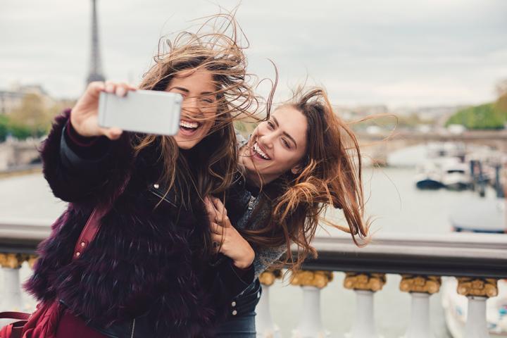 Jonge vrouwen in Parijs