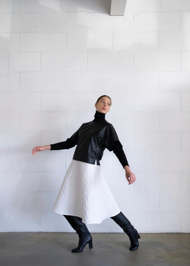 Witte rok in reliëfstof (265 euro) en zwarte top in glanzende stof (139 euro), van Wright.