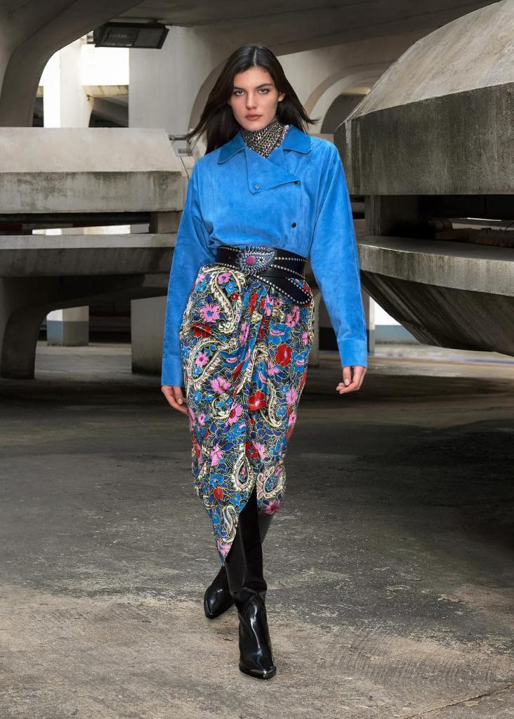 Fleurige rok, suède jasje en opvallende ceintuur, van Isabel Marant. (Prijs niet meegedeeld)
