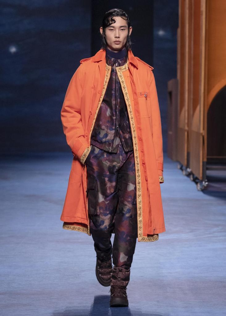 Casual pak in camouflageprint en oranje mantel, van Dior Homme. Prijs op aanvraag.