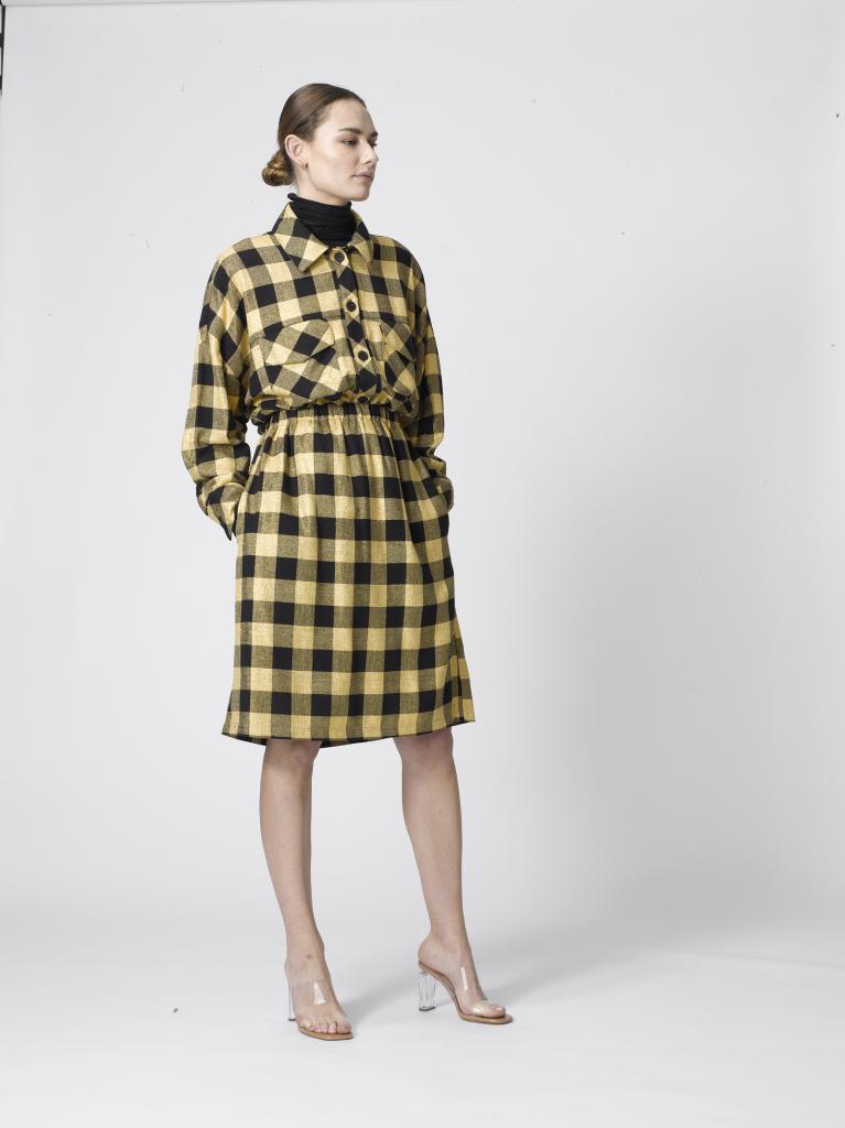 Vlotte combinatie van een geruite rok met elastische taille (129 euro) en bijhorend hemd (219 euro), van Dutchess.