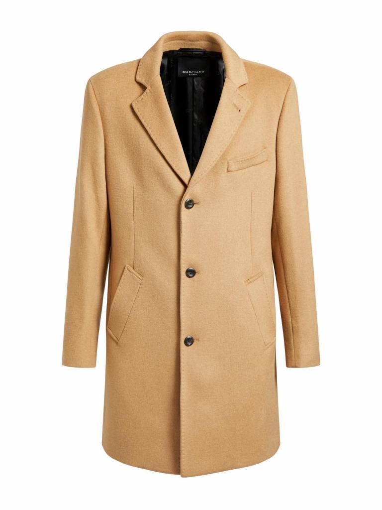 Altijd stijlvol en zowel combineerbaar met een pak als met een jeans: tijdloze overjas in camelkleurige wol, van Marciano Guess (299 euro).