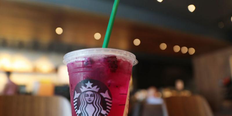 Starbucks va supprimer ses pailles en plastique