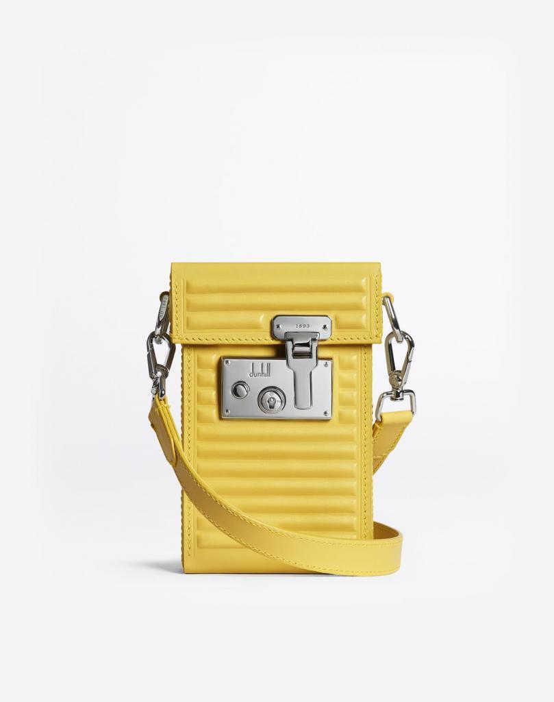 Flashy tas van Dunhill in rundleder, afgewerkt met een retro slot (1.950 euro), verkrijgbaar in andere felle kleuren, of in zwart voor wie het wat discreter mag.