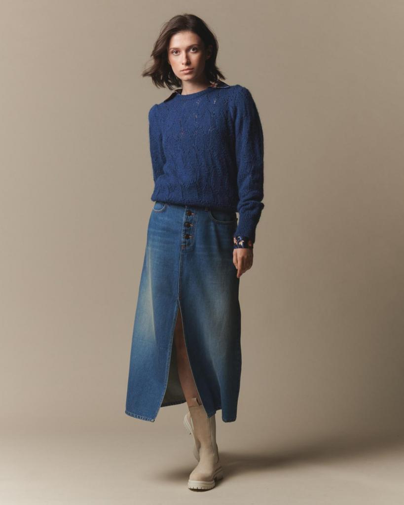 Lange jeansrok met split (149,95 euro) en trui van mohairwol (144,95 euro), van Heart Mind.