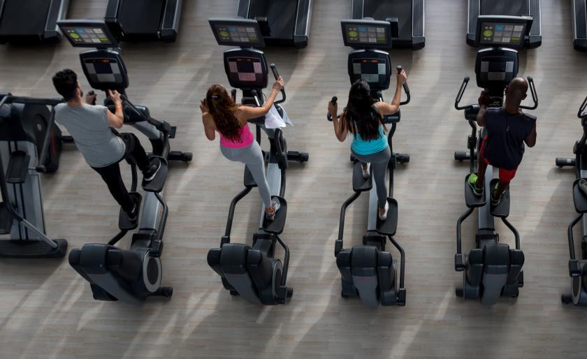 Vélo elliptique dans salle de fitness