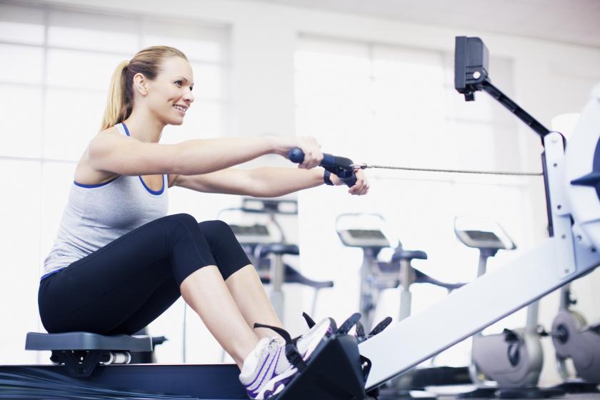 Rameur dans salle de fitness