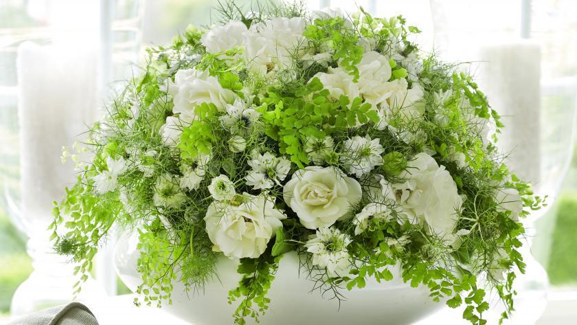 Bouquet Creatif Boule De Fleurs Blanches Femmes D Aujourd Hui